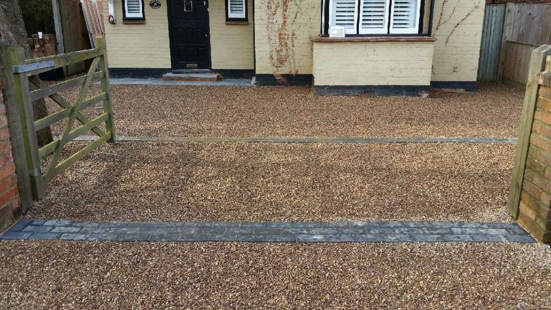 Driveway with gravel and setts